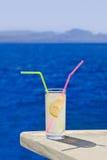 Коктеил на таблице на пляже Стоковая Фотография RF