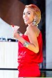 Коктеили азиатской женщины выпивая в причудливом баре Стоковое Фото