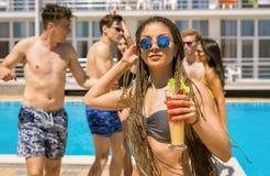 Коктеили и пиво людей выпивая во время партии на бассейне Стоковое фото RF