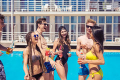 Коктеили и пиво людей выпивая во время партии на бассейне Стоковое Изображение
