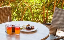 2 коктеили и Donata на плите на таблице в кафе Стоковое фото RF