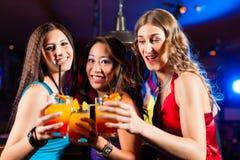Коктеили людей выпивая в баре или клубе Стоковое фото RF