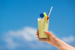 Коктеил на пляже Концепция роскошных каникул Стоковые Изображения