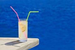 Коктеил на таблице на пляже Стоковое Фото