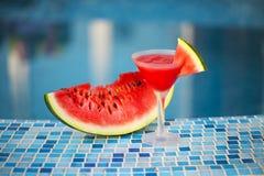 Коктеиль арбуза с куском арбуза около бассейна Стоковое Изображение