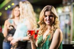 Коктеиль белокурой женщины выпивая Стоковая Фотография RF