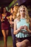 Коктеиль белокурой женщины выпивая Стоковые Фотографии RF