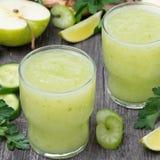 Коктеиль вытрезвителя зеленых яблока, сельдерея и известки Стоковые Фотографии RF