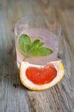 Коктеиль грейпфрута с льдом на борту Стоковые Изображения