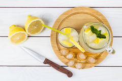 Коктеиль лимона с льдом и этапами лимона Стоковое Фото
