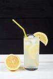 Коктеиль лимона с льдом и этапами лимона Стоковые Изображения RF