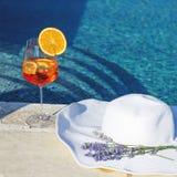 Коктеиль и белая шляпа около бассейна Стоковые Изображения RF