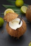 Коктеиль кокоса на черной таблице Стоковое Изображение RF