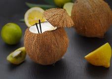 Коктеиль кокоса на черной таблице Стоковое Изображение