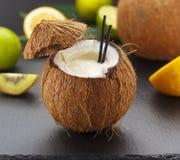Коктеиль кокоса на черной таблице Стоковые Фото