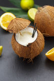 Коктеиль кокоса на черной таблице Стоковое Фото