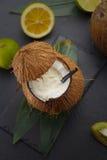 Коктеиль кокоса на черной таблице Стоковые Изображения