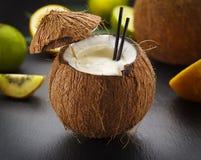 Коктеиль кокоса на черной таблице Стоковая Фотография