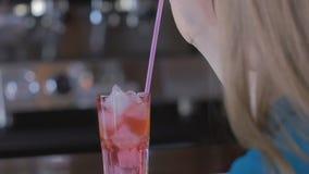 Коктеиль красивой женщины выпивая самостоятельно на блестящей партии унылой и одной на сексуальном событии кануна ` s Нового Года акции видеоматериалы