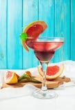 Коктеиль Маргариты с соком грейпфрута и кусок грейпфрута на краю стекла Стоковые Изображения RF