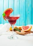 Коктеиль Маргариты с соком грейпфрута и кусок грейпфрута на краю стекла Стоковые Фотографии RF