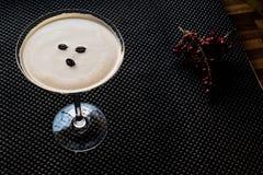 Коктеиль Мартини эспрессо с кофейными зернами Стоковые Фотографии RF