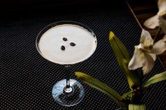 Коктеиль Мартини эспрессо с кофейными зернами Стоковое Изображение