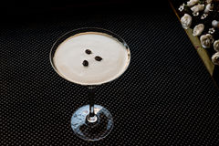 Коктеиль Мартини эспрессо с кофейными зернами Стоковая Фотография