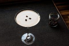 Коктеиль Мартини эспрессо с кофейными зернами Стоковое фото RF