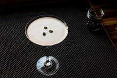 Коктеиль Мартини эспрессо с кофейными зернами Стоковая Фотография RF