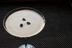 Коктеиль Мартини эспрессо с кофейными зернами Стоковое Фото