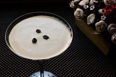 Коктеиль Мартини эспрессо с кофейными зернами Стоковые Фото