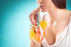 Коктеиль милой женщины выпивая взволнованность hairstyle Стоковая Фотография