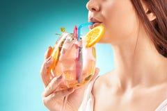 Коктеиль милой женщины выпивая взволнованность hairstyle Стоковые Изображения