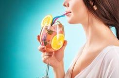 Коктеиль милой женщины выпивая взволнованность hairstyle Стоковое фото RF