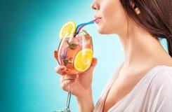 Коктеиль милой женщины выпивая взволнованность hairstyle Стоковые Фотографии RF