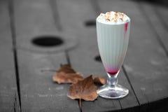 Коктеиль молока на деревянном столе Стоковые Изображения