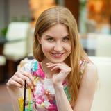 Коктеиль молодой женщины выпивая в кафе Стоковое Изображение RF