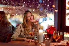 Коктеиль молодой женщины drining в ресторане стоковые изображения