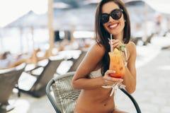 Коктеиль молодой красивой женщины выпивая Стоковые Изображения RF