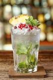 Коктеиль на баре в высокорослом стекле Стоковые Изображения