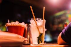 Коктеиль на таблице в ночном клубе во время партии Стоковые Изображения