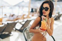 Коктеиль обольстительной женщины выпивая Стоковые Фотографии RF