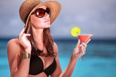 Коктеиль питья на пляже Стоковые Изображения