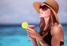 Коктеиль питья на пляже Стоковое Фото