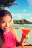Коктеиль питья спирта женщины выпивая на баре пляжа Стоковые Фотографии RF