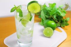Коктеиль питья Mojito Стоковое Изображение