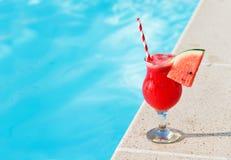 Коктеиль питья smoothie сока арбуза свежий около плавать po Стоковая Фотография