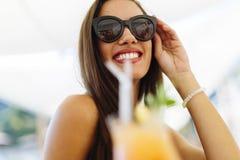 Коктеиль привлекательной счастливой женщины выпивая Стоковое Фото