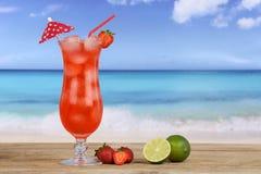 Коктеиль плодоовощ клубники на пляже Стоковые Изображения RF